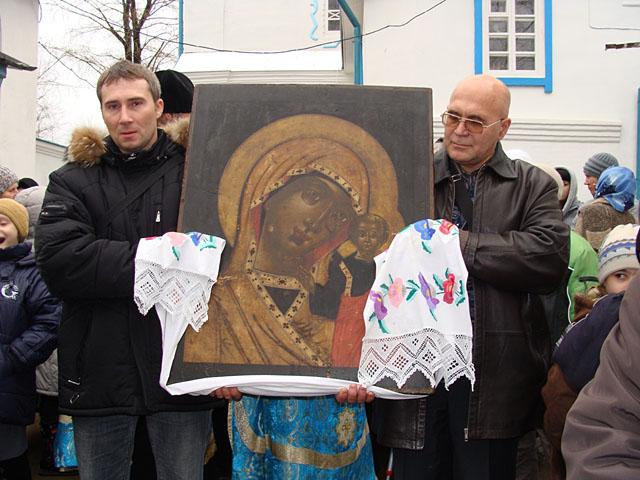 начало крестного хода от Успенского кафедрального собора