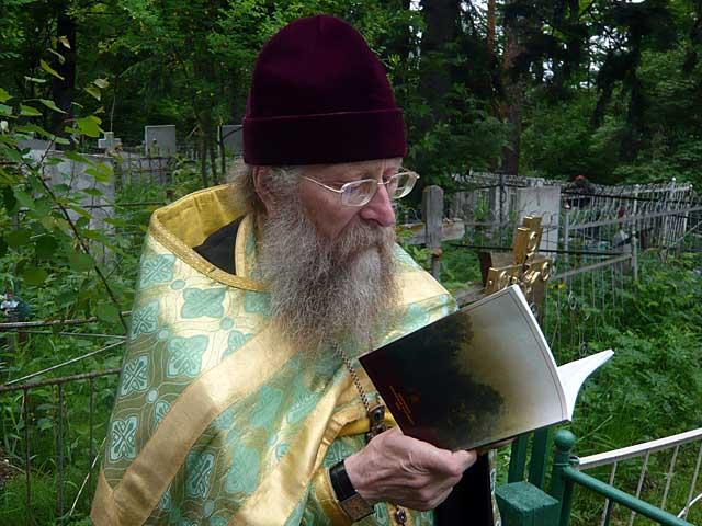 отец Геннадий Фаст читает канон святому праведному Даниилу Ачинскому